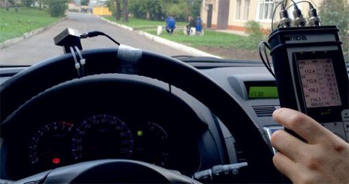 ЭКОФИЗИКА-111В (Белая) - Измерение локальной вибрации на руле автомобиля виброметром-анализатором спектра